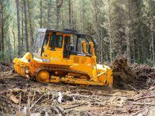 spycharka gąsienicowa TD-15M podczas pracy w lesie